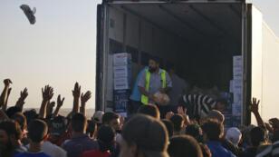 Des distributions de nourriture sont organisées pour les déplacés syriens de la province de Deraa  à la frontière jordanienne, le 2 juillet 2018.