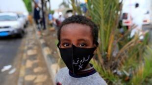 En la capital Saná, un niño yemení viste una máscara facial protectora, durante la crisis pandémica de coronavirus, el 21 de mayo de 2020.