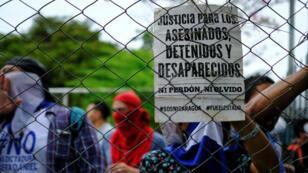 """Un cartel con la leyenda: """"Justicia para los asesinados, detenidos y desaparecidos. Ni perdón ni olvido"""", durante una protesta en apoyo del ciudadano estadounidense Eddy Montes, quien fue detenido durante manifestaciones antigubernamentales y asesinado en prisión, en Managua, Nicaragua, el 26 de mayo de 2019."""