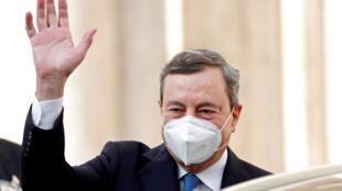 Mario Draghi saluant la foule, le 3février2020, à Rome.
