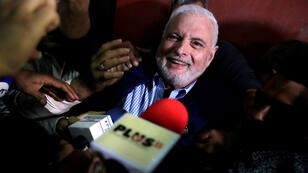 El expresidente de Panamá, Ricardo Martinelli,a las afueras de un tribunal de Ciudad de Panamá, tras conocer la decisión de dejarlo en libertad, el 9 de agosto de 2019.