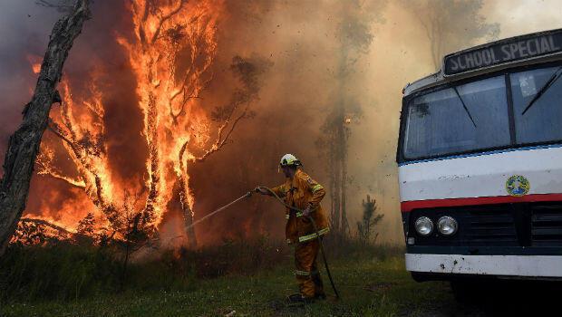 Bomberos australianos en las zonas afectadas por los incendios forestales el 22 de noviembre de 2018.