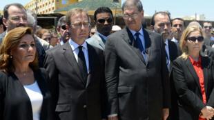 Le Premier ministre tunisien (3e en partant de la gauche), ici aux côtés du gérant de l'hôtel de Port El Kantaoui où  38 personnes ont été tuées fin juin.