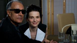 """Le cinéaste iranien Abbas Kiarostami à Cannes, en présence de Juliette Binoche qui a joué dans son film """"Copie Conforme"""", le 18 mai 2010."""