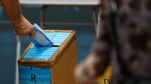Un hombre deposita su voto durante las elecciones generales en Ciudad de Panamá, Panamá, el 5 de mayo de 2019.