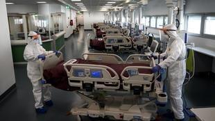 خطورة وباء فيروس كورونا بالنسبة إلى صغار السن باتت مؤكدة. هنا في غرفة إنعاش بمستفى قرب مدينة تورينو شمال غرب إيطاليا. 29 مارس/آذار 2020.