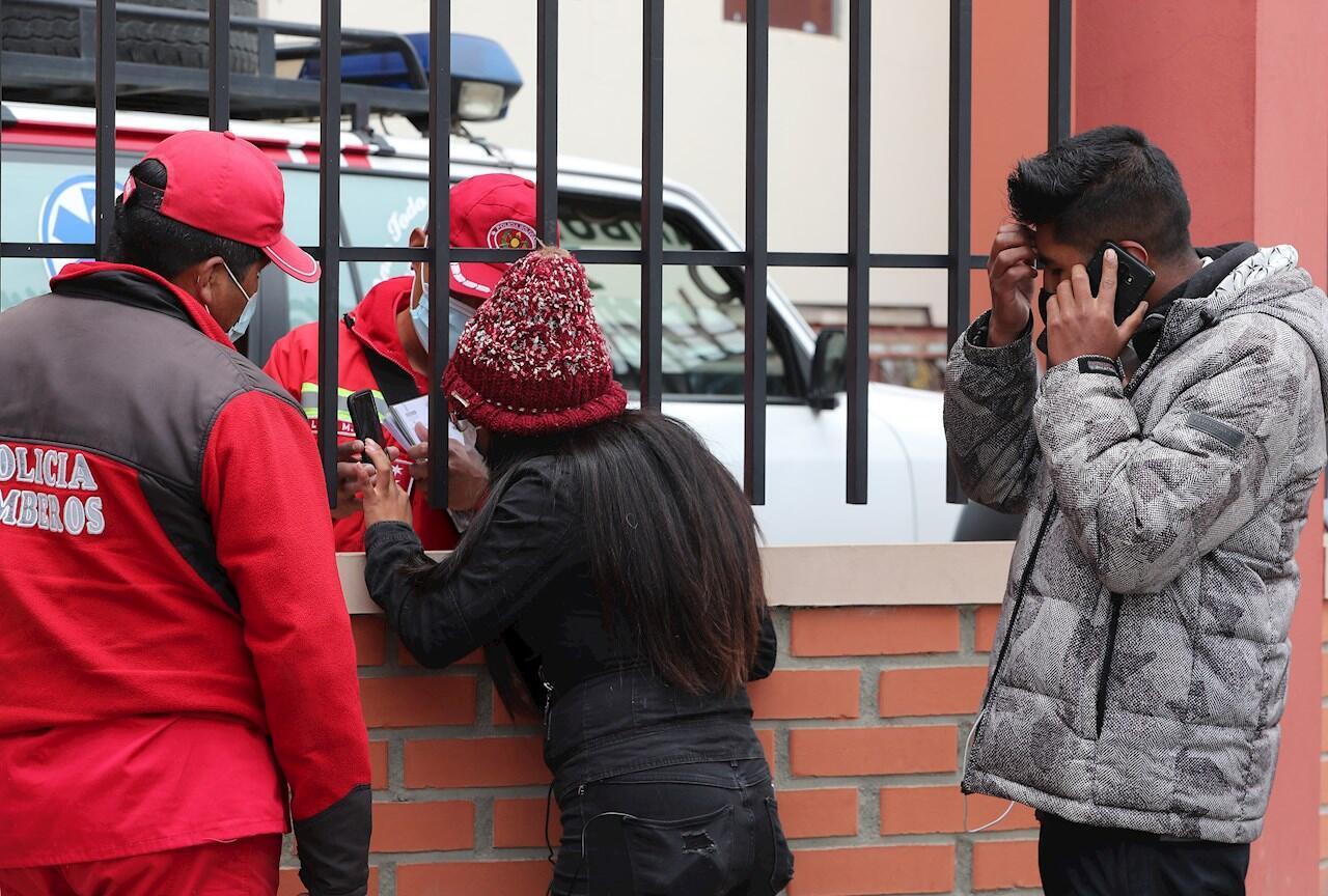 Un bombero habla con una mujer que espera información tras el accidente en el que murieron varios estudiantes hoy, en El Alto (Bolivia). Al menos siete estudiantes murieron y cuatro resultaron heridos este martes al caer desde un cuarto piso luego de que una baranda se rompiera en la Universidad Pública de El Alto (UPEA) en Bolivia. Los jóvenes asistían a una asamblea extraordinaria estudiantil, que fue convocada por el Centro de Estudiantes, reunión que derivó en protestas y se registraron empujones que provocaron que la baranda cediera.