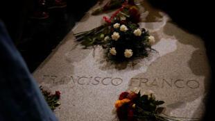 Flores en la tumba del dictador español Francisco Franco en El Valle de los Caídos, el mausoleo gigante que contiene los restos de Franco, en San Lorenzo de El Escorial, a las afueras de Madrid, España, el 24 de agosto de 2018