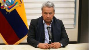 El presidente de Ecuador, Lenín Moreno, dando una conferencia de prensa a su llegada al aeropuerto de Quito, Ecuador, el 12 de abril de 2018, tras asistir a la Cumbre de las Américas.