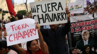 Personas con pancartas en las que piden la renuncia del fiscal general de Perú, Pedro Chávarry. Lima, Perú, el 3 de enero de 2019.