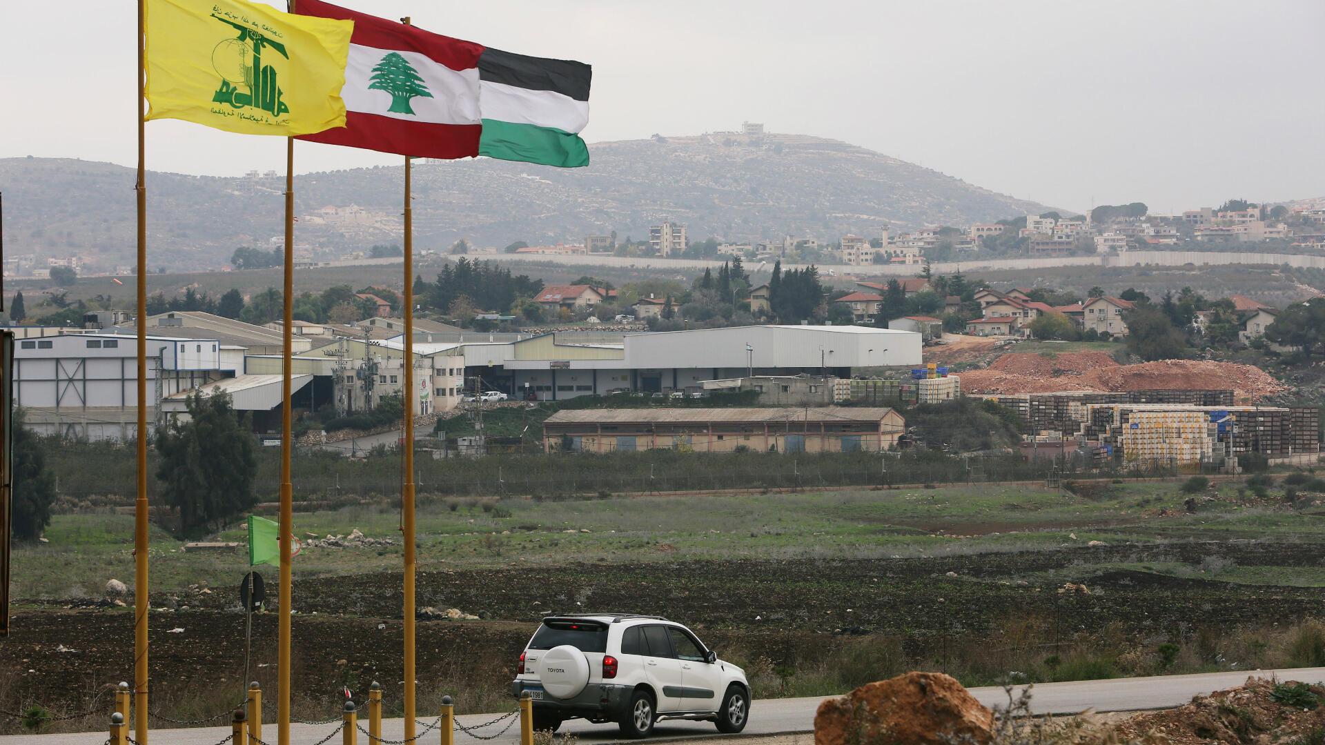 Las banderas de Hezbolá, Líbano y Palestina se ondean cerca del límite con Israel en el pueblo de Khiam, Líbano, el 4 de diciembre de 2018.