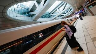 عدد قليل جدا من المسافرين على رصيف إحدى محطات القطار السريع بمدينة فرانكفورت الألمانية وسط حالة العزل الصحي بسبب فيروس كورونا، 13 أبريل/نيسان 2020.