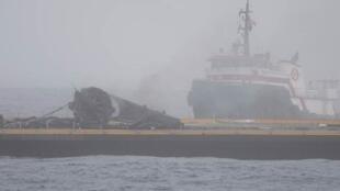 Les débris de la fusée SpaceX après son atterrissage raté.
