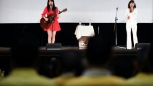 المغنيتان اليابانيتان ميغومي (يمين) ومانامي تؤديان في سجن في اليابان