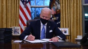 El presidente de EEUU, Joe Biden, firma sus primeros decretos, el 20 de enero de 2021 en el Despacho Oval, en Washington