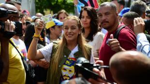 Lilian Tintori, épouse de l'opposant historique Leopoldo Lopez, brandit sa carte d'identité à un bureau de vote, le 16 juillet 2017, à Caracas.