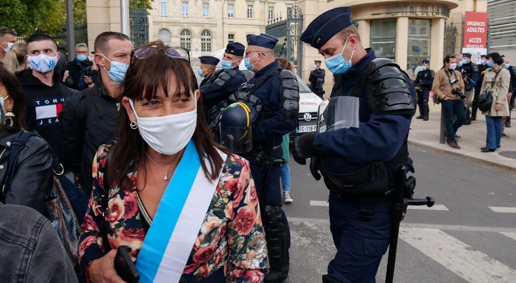 Decenas de propietarios de restaurantes y cafés protestan ante la nueva orden del Gobierno francés de cerrar estos lugares, en algunas ciudades, para tratar de mitigar los nuevos brotes del Covid-19. En Marsella, Francia, el 25 de septiembre de 2020.