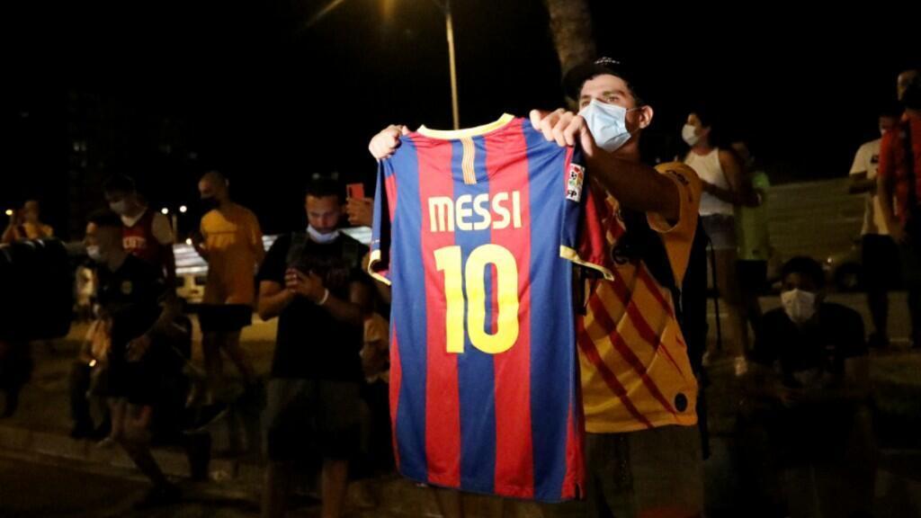 Un aficionado del Barcelona se manifiesta a las afueras del Camp Nou, el estadio del club. Barcelona, España, 25 de agosto de 2020.