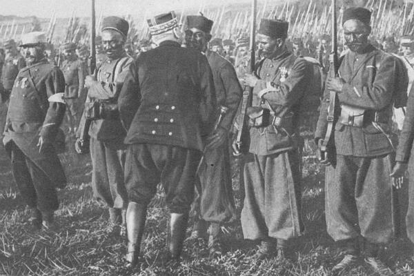 """Une photographie du général Joffre, décorant des soldats de la Division marocaine, publiée en 1915 dans l'ouvrage britannique """"The Great War : The Standard History of the All Europe Conflict""""."""