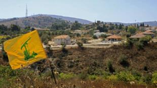 Un drapeau du Hezbollah libanais flotte à la frontière entre Israël et le Liban.