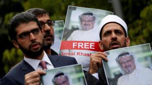 Imagen de archivo. Activistas de derechos humanos y amigos del periodista saudita Jamal Khashoggi sostienen fotos del comunicador durante una protesta frente al consulado saudí en Estambul, Turquía, el 8 de octubre de 2018.