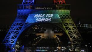 """La Tour Eiffel a affiché le slogan """"Made for sharing"""" pour lancer la campagne internationale de Paris pour la candidature à l'organisation des JO-2024."""