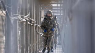 Des soldats sud-coréens patrouillent la frontière avec la Corée du Nord, en février 2018.
