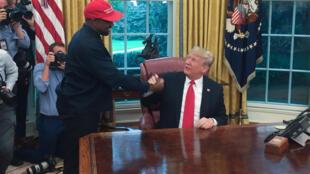 مغني الراب كانييه ويست (يسار) والرئيس الأميركي دونالد ترامب في البيت الأبيض بواشنطن في 11 تشرين الأول/أكتوبر 2018/