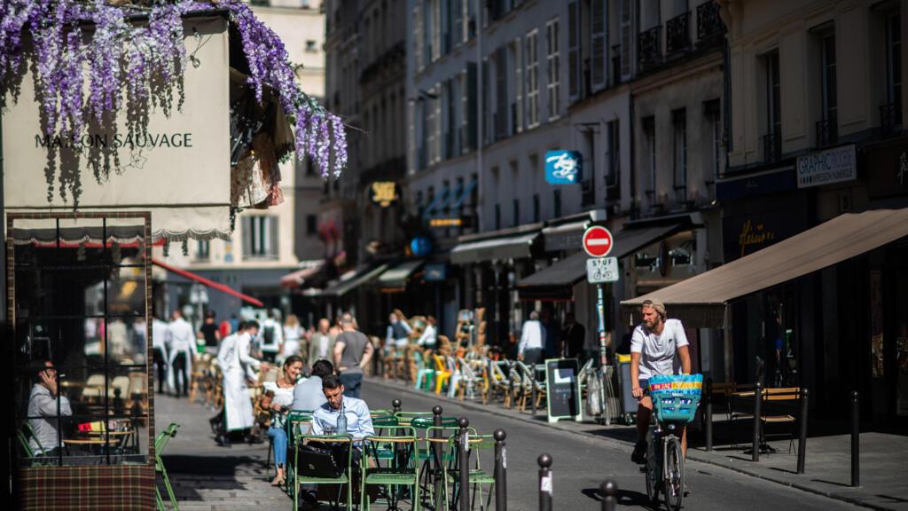 """""""Ça nous a trop manqué !"""" : la réouverture des terrasses de cafés fait le bonheur des Parisiens"""