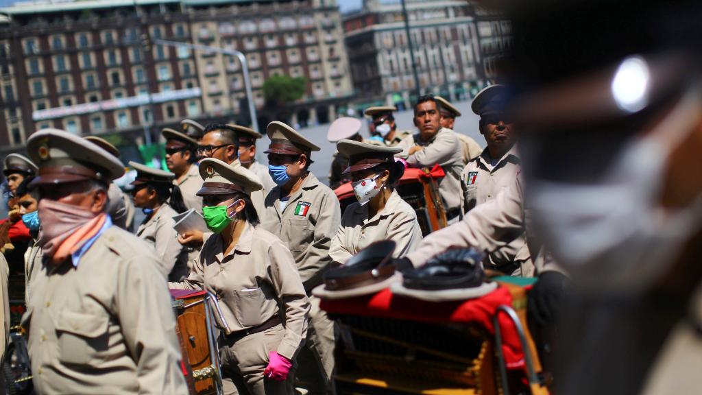 Organilleros mexicanos desfilan en la capital.