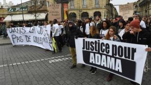Des manifestants protestent contre les violences policières et demandent la vérité sur la mort d'Adama Traoré, le 26 février 2017, à Bordeaux.