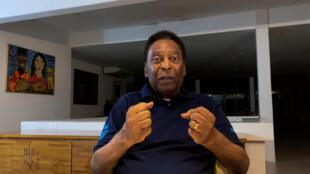 Una captura de pantalla tomada de un video publicado por la oficina de prensa de Pelé muestra al exfutbolista brasileño Edson Arantes do Nascimento hablando a la cámara en Santos el 17 de octubre de 2020