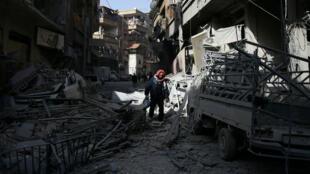 Un hombre camina en las ruinas de la ciudad de Douma, Guta Oriental, Siria.