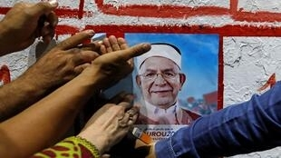 ملصق الحملة الانتخابية لعبد الفتاح مورو، نائب رئيس حزب النهضة الإسلامي يلتف حوله تونسيون، تونس العاصمة - 2 سبتمبر/ أيلول 2019.