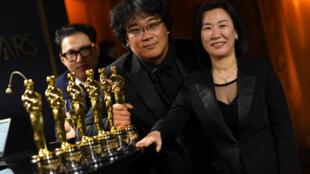 """Les producteurs de """"Parasite"""", Kwak Sin-ae et Bong Joon-ho, posent dans la salle de presse des Oscars au Dolby Theater de Hollywood, le 9 février 2020."""
