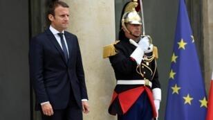 Emmanuel Macron sur le perron de l'Élysée, le 28 juin 2017.