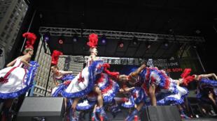 Pour la première fois, les danseuses du célèbre Moulin Rouge se sont produites à Times Square, le 25 septembre 2015.