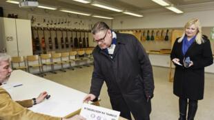 ناخب فنلندي يدلي بصوته خلال الانتخابات البلدية في نيسان/أبريل 2017