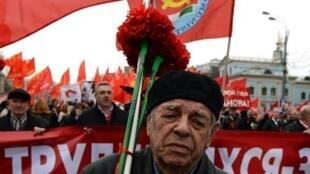 روسي يشارك في مسيرة في الساحة الحمراء في موسكو بمناسبة عيد العمال