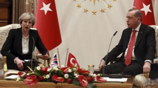 الرئيس التركي رجب طيب أردوغان ورئيسة الوزراء البريطانية تيريزا ماي