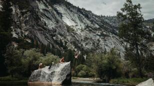 Des jeunes sautent dans le lac Mirror, situé dans le parc national de Yosemite, aux États-Unis