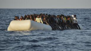 Une embarcation de migrants en mer Méditerranée le 3 novembre 2016.