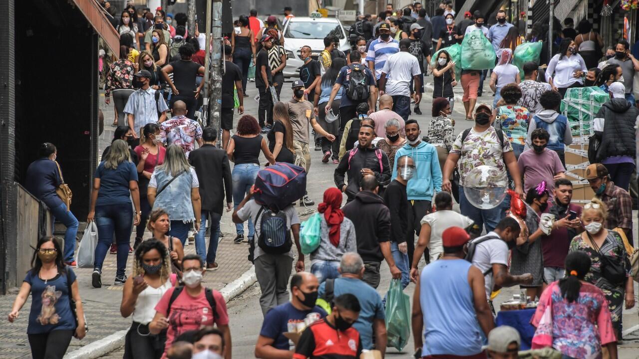 Archivo-Decenas de personas caminan por una concurrida avenida, en medio del brote del Covid-19, en Sao Paulo, Brasil, el 10 de junio de 2020.