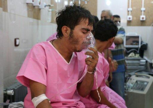 تقديم الإسعافات الأولية لسوريين يعانون من الاختناق بمستشفى ميداني بحلب 6 سبتمبر 2016
