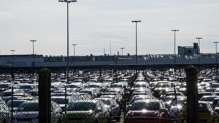 Des véhicules neufs sur un parking de l'usine PSA de Mulhouse, le 16 mars 2020