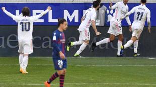 El defensa francés del Real Madrid, Raphael Varane, celebra con sus compañeros un gol sobre el Huesca, en partido de la liga española jugado el el 6 de febrero de 2021 en Huesca