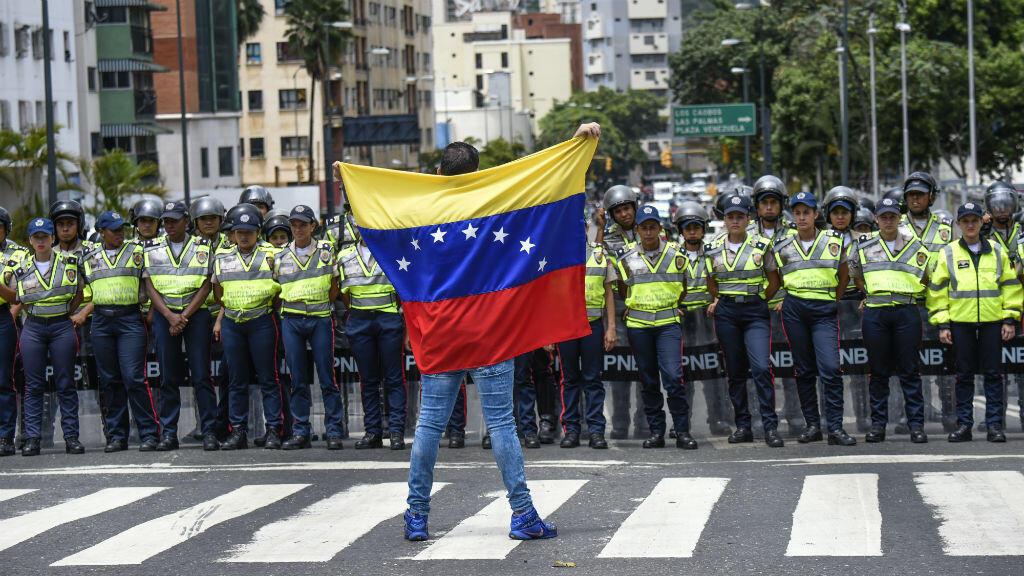 Un militant anti-Maduro s'oppose aux forces de l'ordre, à Caracas, le 27 juillet 2016.