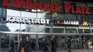 عناصر من الشرطة الألمانية والكلاب المدربة أمام مركز ليمبيكر بلاتز إثر تهديد بوقوع اعتداء السبت 11 آذار/مارس 2017