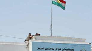 Un francotirador de las fuerzas de seguridad kurdas toma su posición en el techo de un edificio después de un ataque en el edificio de la gobernación en Erbil, Irak, el 23 de julio de 2018