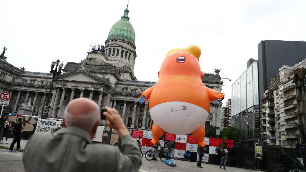 """El globo """"Baby Trump"""" se ve antes de la cumbre de líderes del G20, frente al edificio del Congreso en Buenos Aires, Argentina, 29 de noviembre de 2018."""